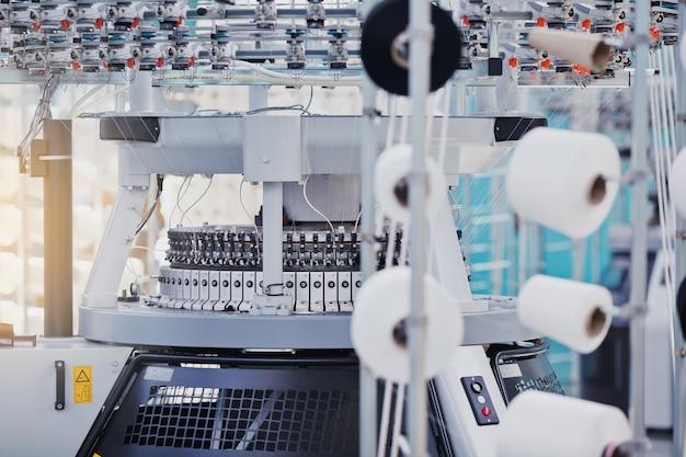 Fabrication textile. tissu tricoté circulaire. usine textile dans une ligne de production de filature et une société de production de machines et équipements rotatifs. industrie du vêtement.