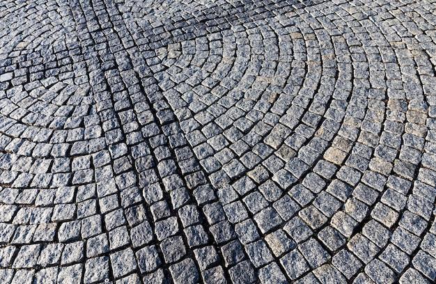 Fabriqué sous l'apparence d'une ancienne route neuve faite de pierres et de pavés