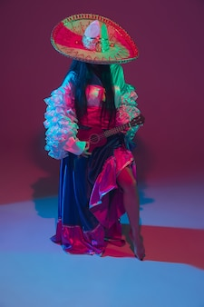 Fabuleuse danseuse cinco de mayo sur violet en néon