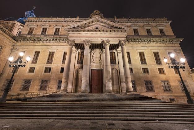 Façade de l'ancien bâtiment de la faculté de philologie de l'université publique de salamanque, salama