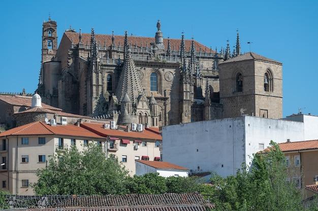 Façade de l'ancienne façade de la cathédrale de plasencia