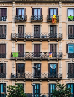 Façade d'appartement avec drapeau espagnol.