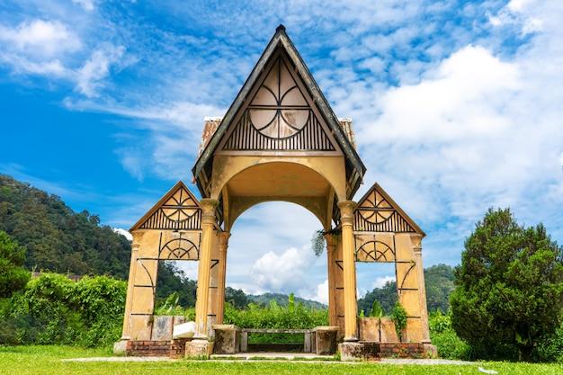 Façade architecturale avec colonnes, arc de zone photo.