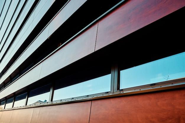 Façade de bâtiment moderne avec motif géométrique