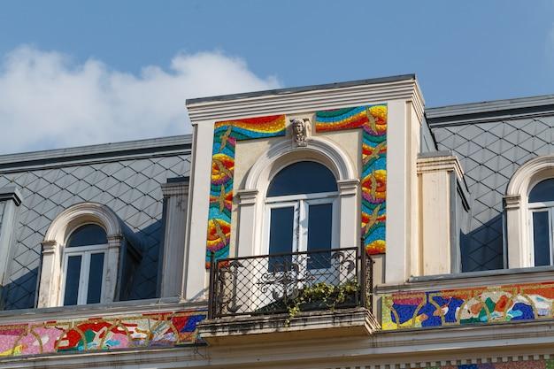 Façade de bâtiment ornée de motifs en mosaïque