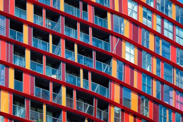 Façade de bâtiment résidentiel moderne avec fenêtres et balcons rotterdam