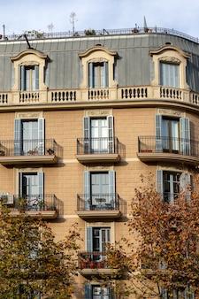 Façade de bâtiment typique avec balcons à barcelone, espagne