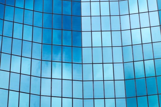 Façade de bâtiment en verre bleu