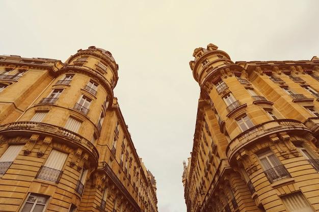 Façade de bâtiments médiévaux dans le centre-ville de paris, france