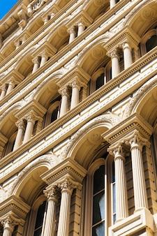 Façade de beau bâtiment historique