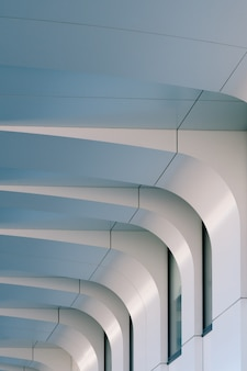Façade blanche d'un immeuble moderne