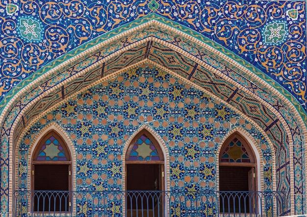 Façade bleue sculptée de la mosquée de la vieille ville de tbilissi en géorgie