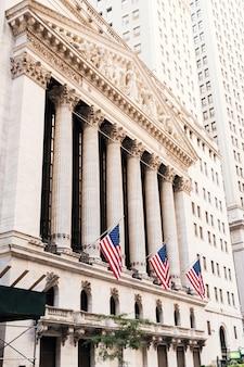 Façade de la bourse de new york avec drapeaux