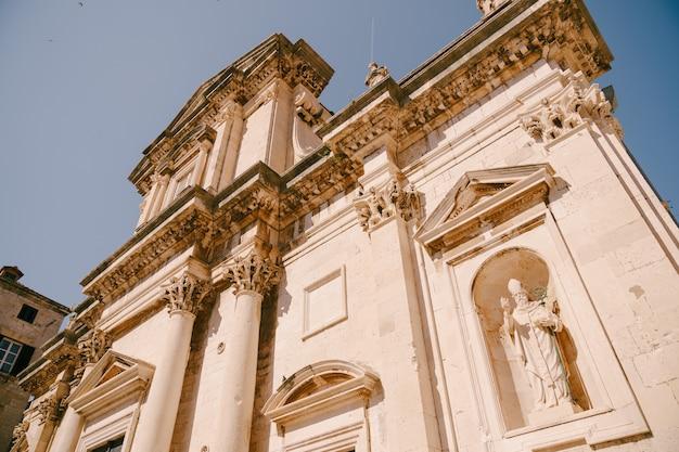Façade cathédrale de l'assomption de la vierge marie dans la vieille ville de dubrovnik église de dubrovnik