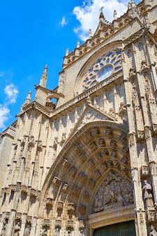 Façade de la cathédrale de séville à constitucion en espagne