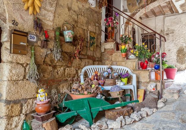 Façade décorée d'une maison en pierre