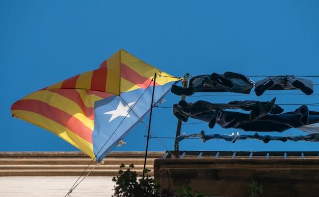 Façade avec drapeau de la catalogne à l'appui de l'indépendance .