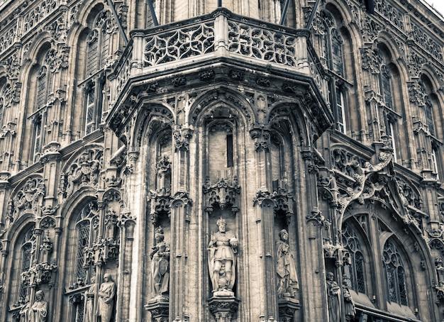 Façade du bâtiment ancien avec gros plan de sculptures, vieille ville européenne.