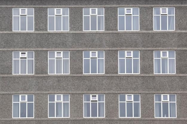 La façade du bâtiment en béton avec windows