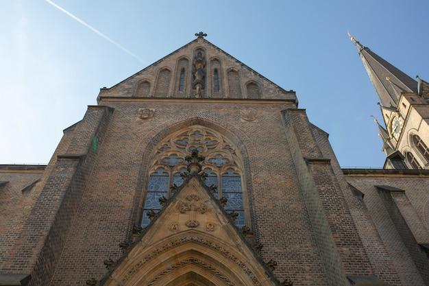 Façade du bâtiment gothique de cathédrale à prague