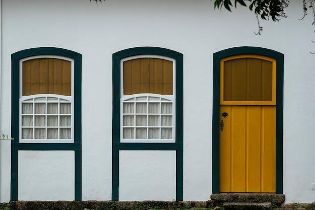 Façade du bâtiment à paraty, ville historique de rio de janeiro, brésil.