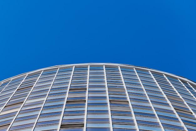 Façade du bâtiment à plusieurs étages, espace de copie. rythme en photographie. nouvelle façade à plusieurs étages, fenêtres et immeuble, gros plan. appartements modernes dans immeuble surélevé