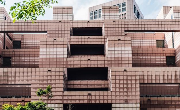 Façade du bureau de poste du world trade center de taipei. décoré avec des carreaux de couleur blanche et rouge clair.