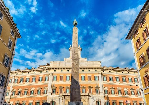 Façade du palazzo montecitorio, bâtiment emblématique du centre de rome, italie, le 18 novembre 2018. c'est le siège de la chambre des députés italienne