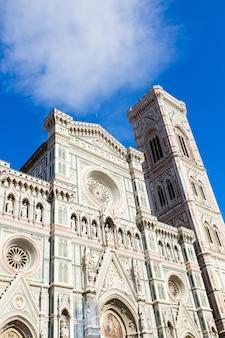 Façade de l'église cathédrale santa maria del fiore avec clocher close up, florence, italie