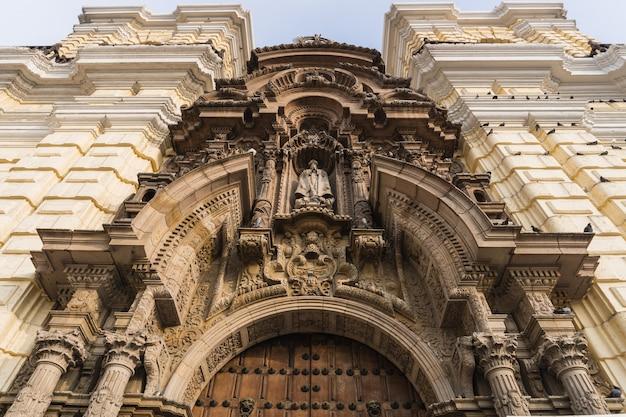 Façade de l'église de san francisco au centre-ville de lima