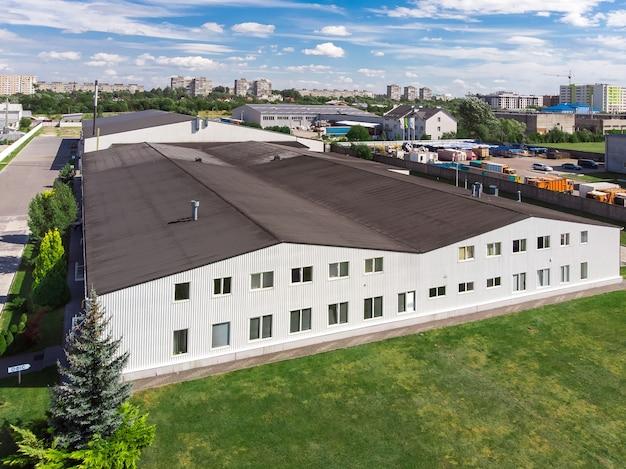 Façade d'un entrepôt d'usine commerciale moderne