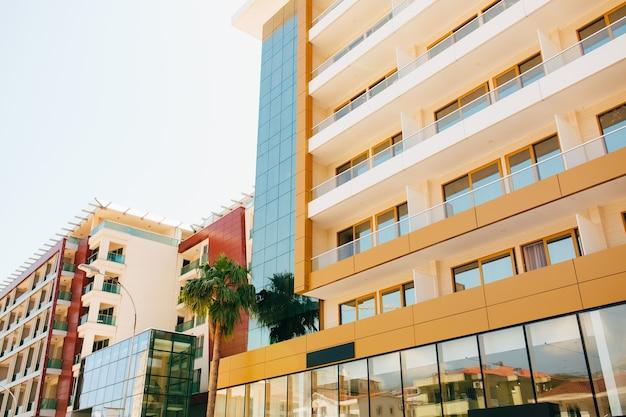 La façade des fenêtres miroir de l'immeuble de bureaux dans le bâtiment