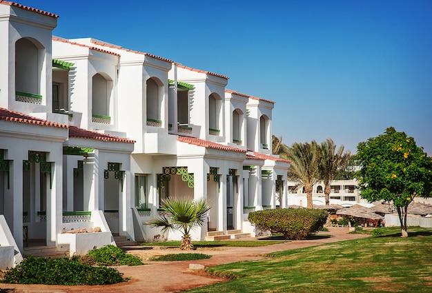 Façade de l'hôtel en egypte avec des palmiers