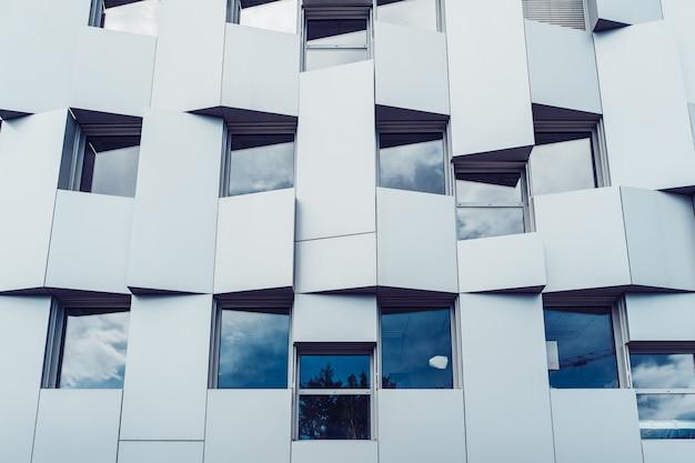 Façade d'immeuble de bureaux moderne