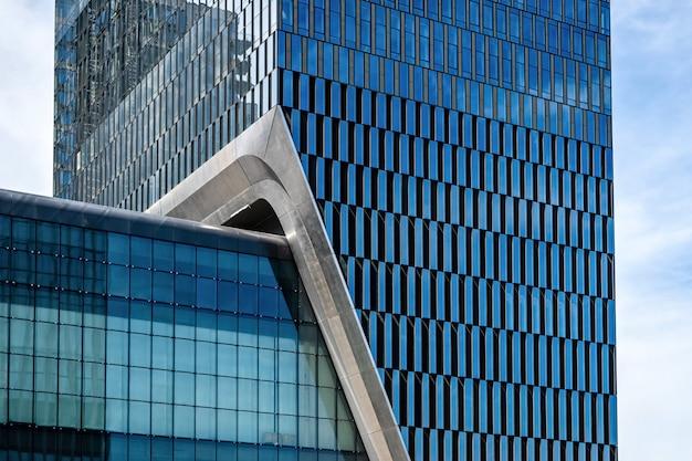 Façade d'immeuble de bureaux en verre avec fenêtres, architecture