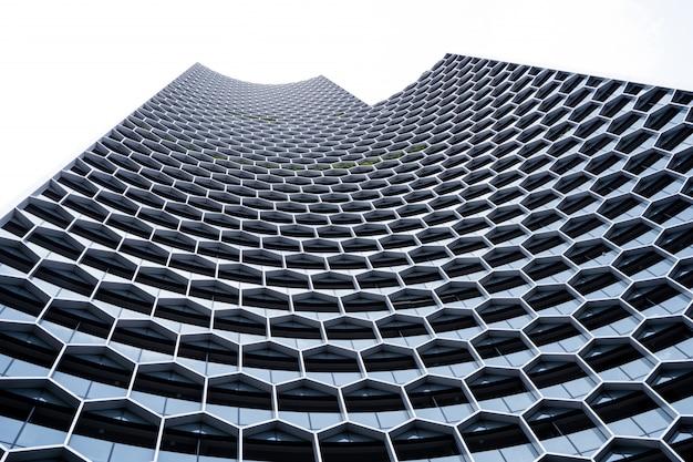 Façade d'un immeuble moderne à structure géométrique