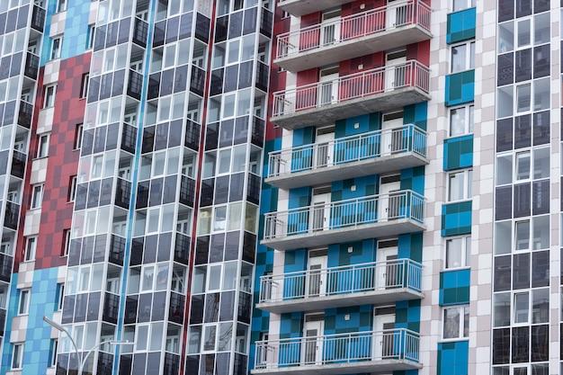 Façade d'un immeuble de plusieurs étages. fragment.
