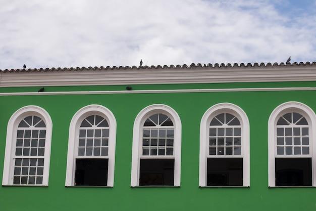 Façade de maison colorée à pelourinho bahia brésil.