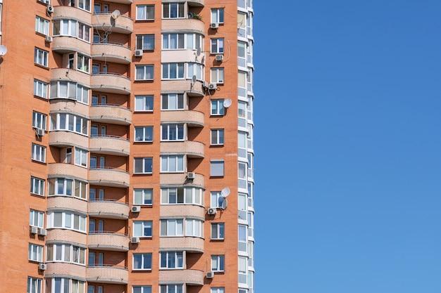 Façade d'une maison moderne de grande hauteur