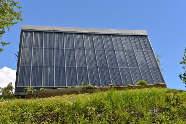 Façade d'une maison en panneau solaire thermique sous un ciel bleu