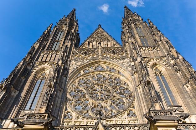 La façade ouest de la cathédrale saint-guy de prague (république tchèque) avec sa rosace