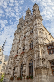 Façade principale de la mairie de louvain en belgique.