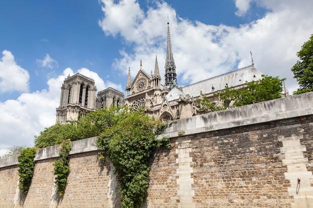 Façade sud de la cathédrale notre dame de paris