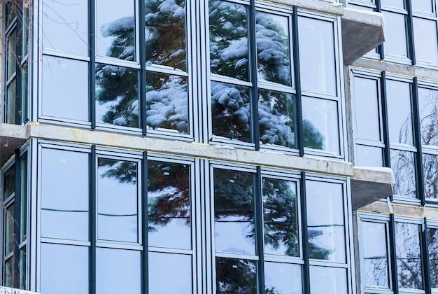 La façade en verre des appartements résidentiels dans un immeuble de grande hauteur windows et balcons