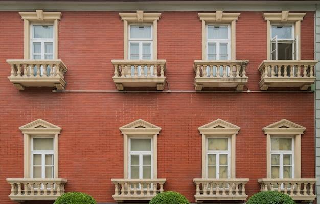 La façade de la vieille maison. les fenêtres et la décoration des murs