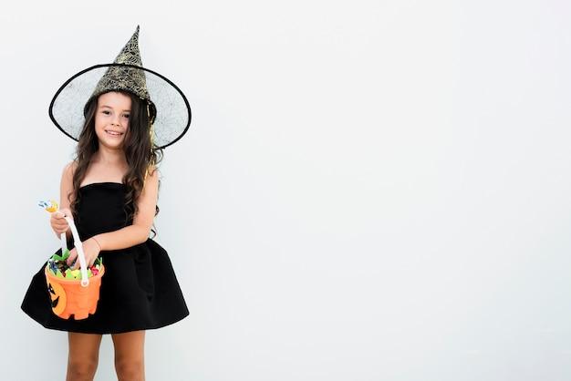 Façade vue de petite fille en costume de sorcière pour halloween