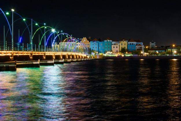 Façades colorées de nuit