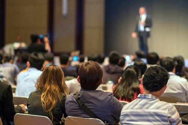 Face arrière des audiences assis et écoutant les interlocuteurs