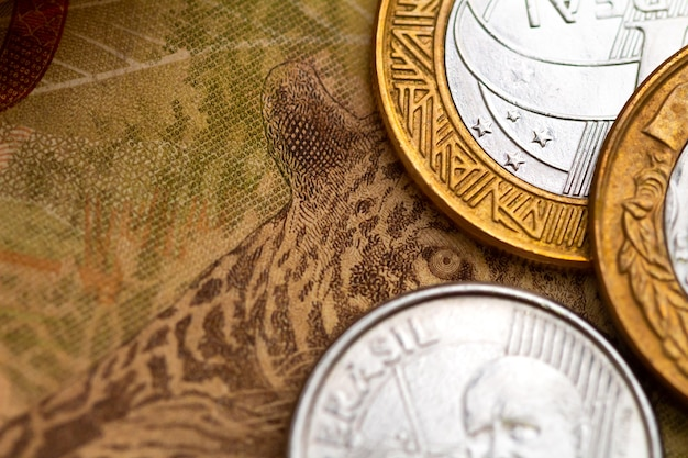 Face arrière d'un billet de 50 reais réel brésilien et pièces de monnaie brésiliennes en macrophotographie