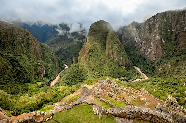 Face arrière de machu picchu, l'ancienne ville inca dans les andes, au pérou. amérique du sud